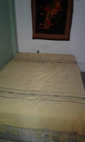Esta es la habitacion tiene cama doble esta calefaccionada y amueblada