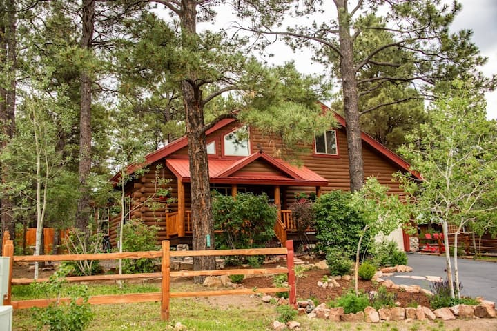 NEW 4BR CABIN W/Arcade/Game Room!! Large Hot Tub!-Fun For The Whole Family-Minutes to Amenities!