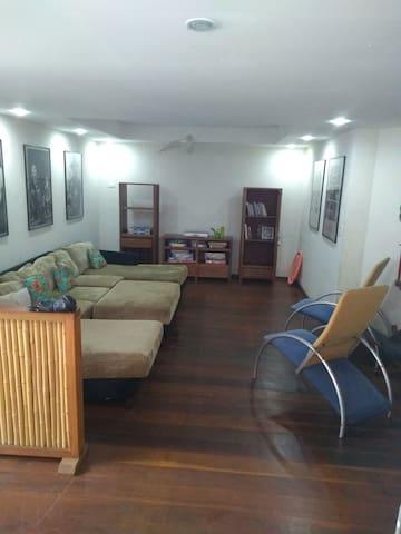 Sala da área de lazer: leitura, jogos e tv. (Conjugada com a churrasqueira)