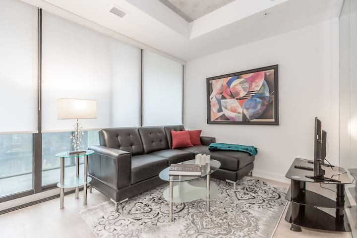 Newly Decorated Condo in Popular King West