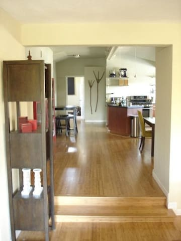 Large E Austin 2BR/2BA - Near dwtn! - Austin - Bed & Breakfast