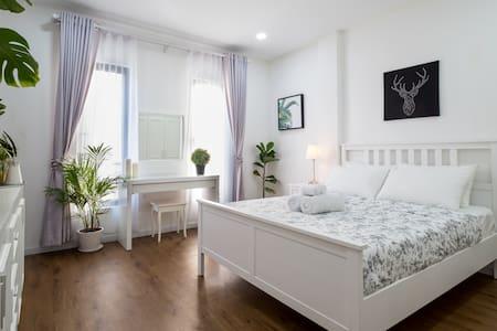 ElegantMid-Century Vibe Apartment @ Russian market
