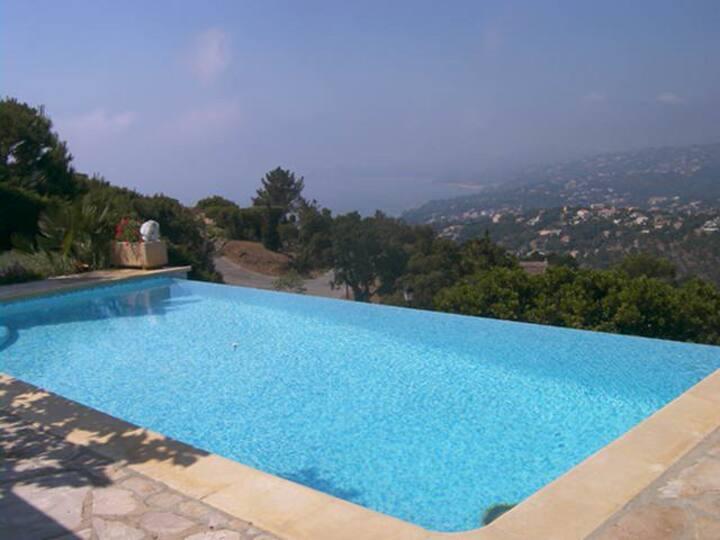 Villa piscine à débordement vue baie de St Tropez