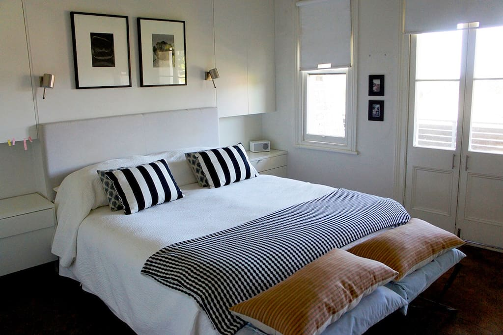 King size master bedroom with airconditioning