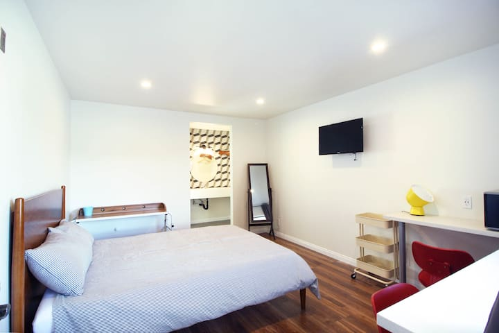 STUDIO 24 ~ Upstairs Koreatown Motel ~FREE PARKING