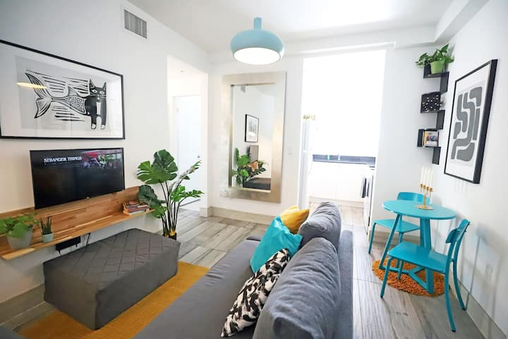 Cozy Corner FREE Parking 3 min to Ocean Drive & South Beach | 1 Bedroom Apartment