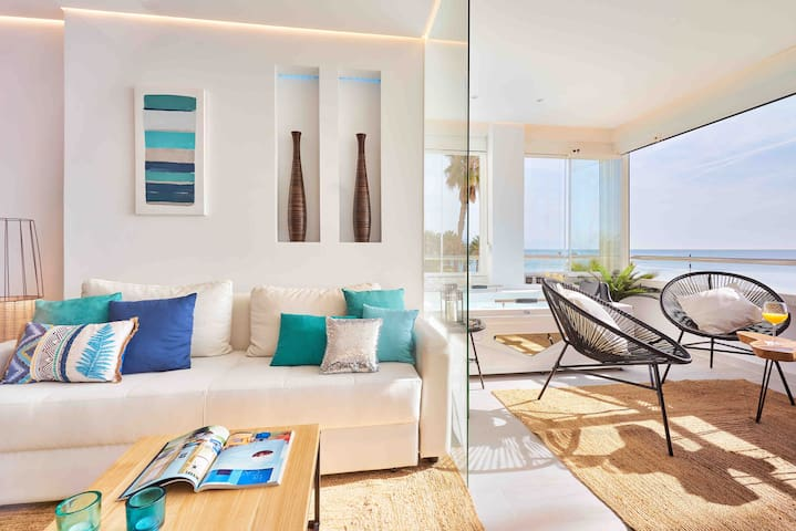 Ecletic decoration combining the blue and turquoise colors of the sea