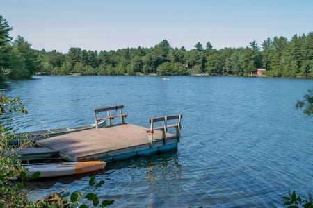4-season New England Lake House with private dock - Dom