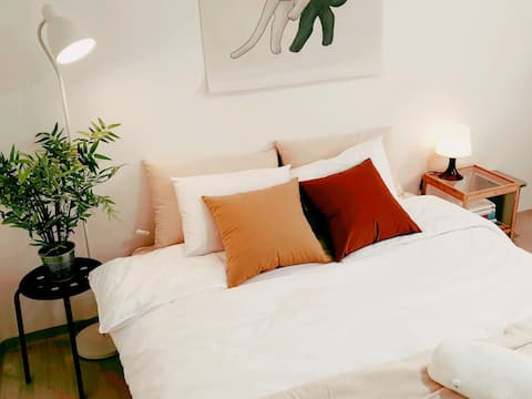Every time a new guest comes, we offer a new bedding that are washed. You can rest your best in a comfortable bed. 새로운 게스트 체크인 전 세탁된 새 침구로 교체합니다. 편안한 침대에서 최고의 휴식을 취하세요.