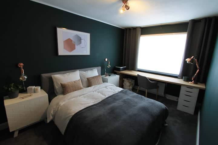 Green Room: Queen bedroom near airport.
