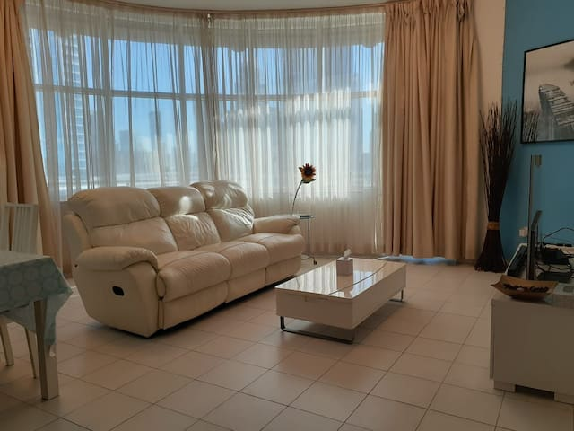 A comfy room w/ a private bathroom on SZR, Dubai