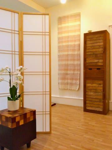 Une grande chambre paisible en coeur de ville