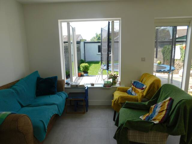 Bright & comfy house, central suburb, 3 bus routes