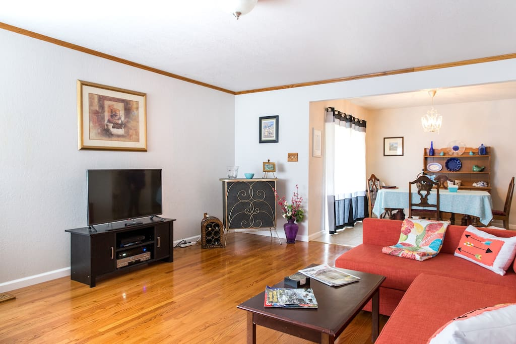 Living room features a HDTV with Xfinity On-Demand, Wi-fi