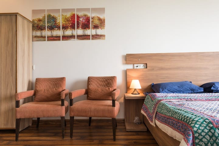 Studio Aptt. Near Airport :Fully equipped&serviced