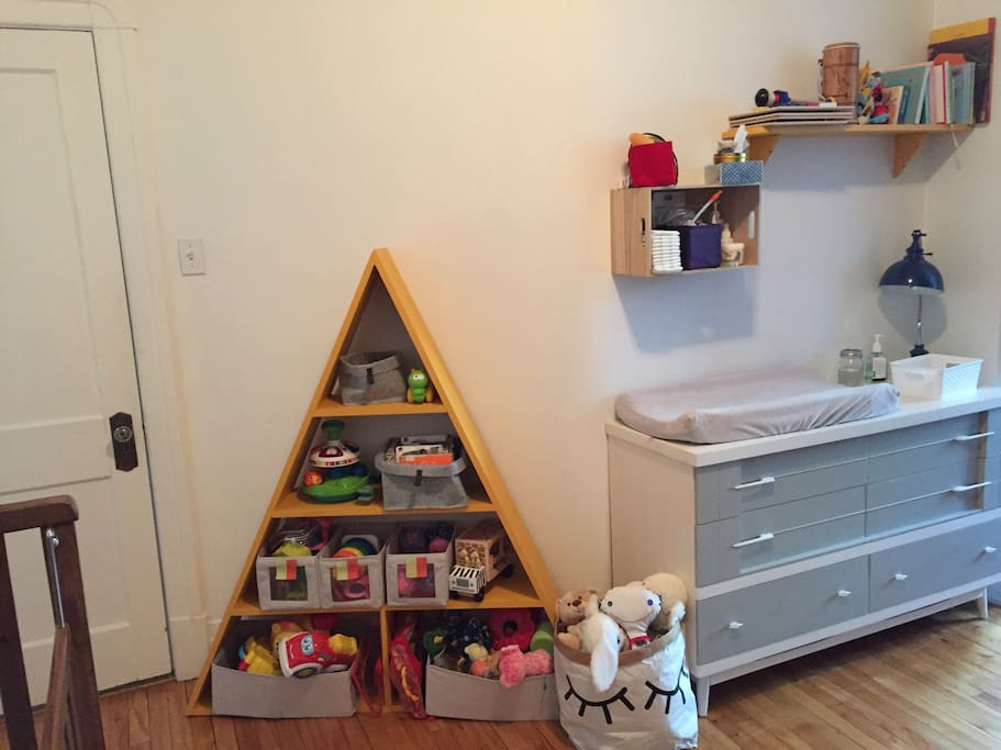 Chambre d enfant, jouets et table à langer.