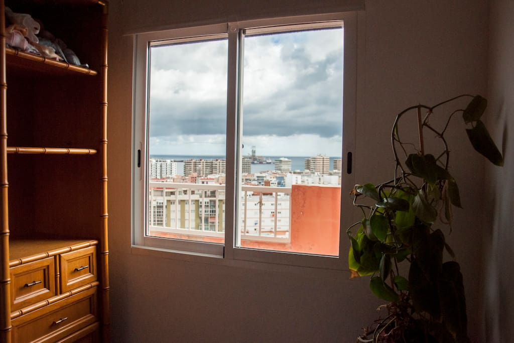 Habitación individual con vistas al mar.