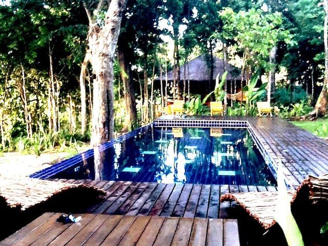 Casa estilo Bali con vistas ao mar e ao rio.