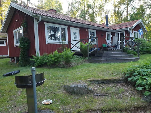 Fint sommarboende i Åsbro, naturskön sjötomt