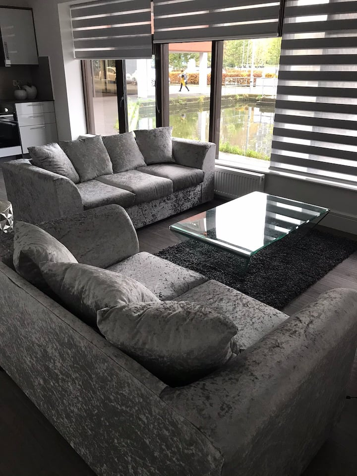 2 Bed Modern Waterside Apartment in City Centre