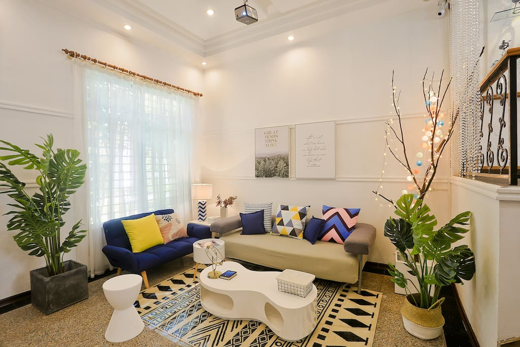 松软沙发,蓝色沙发三档可调,躺着看电视也是妥妥的。