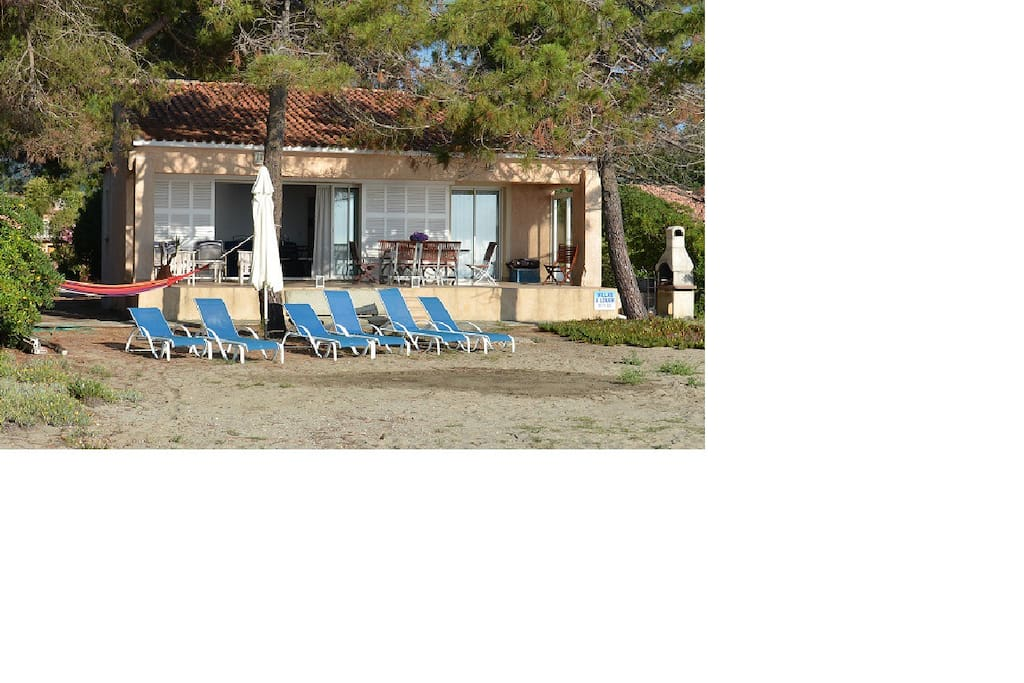 Vue extérieure de la maison sur la plage