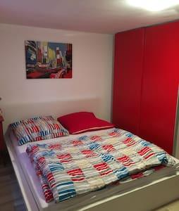 Gemütliches Zimmer mit eigenem Bad - Birlenbach - Casa