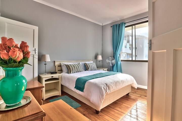 Sunny private room in Sea Point right by Promenade