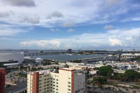 Live with a Local - Private Room & Bath - Miami - Loft