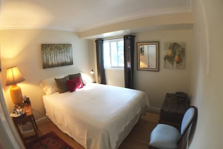 Hideaway room - New Queen bed - Breakfast - Hus