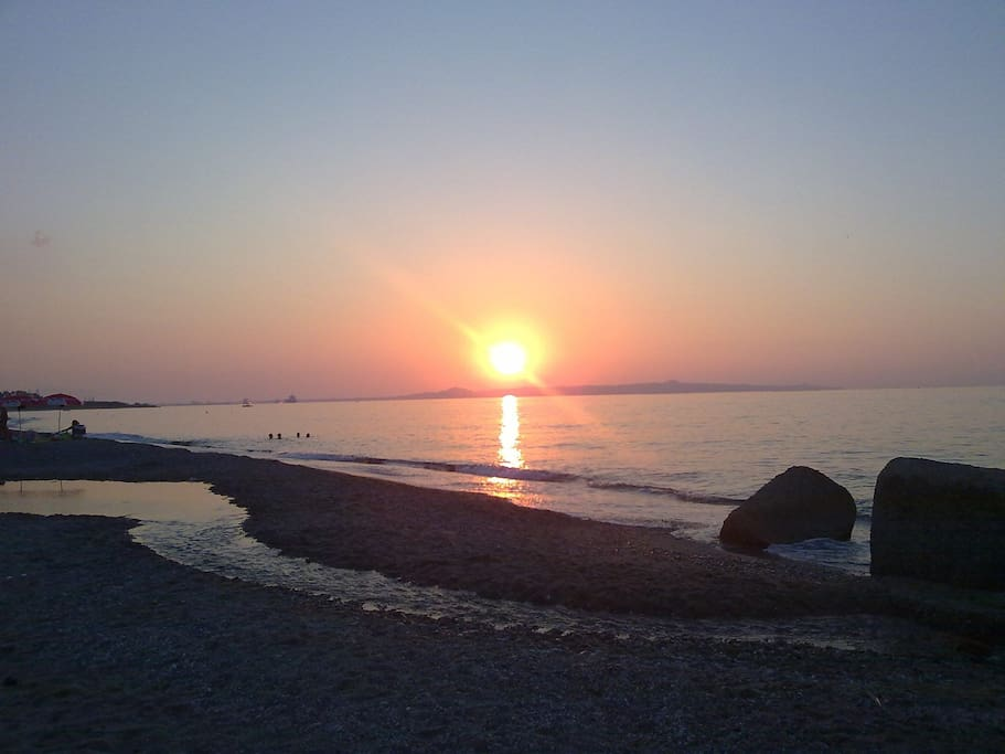 Spiaggia al tramonto Scala Torregrotta