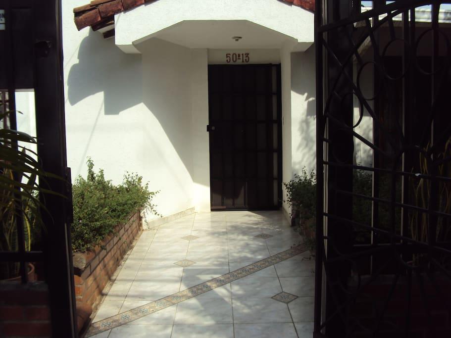 Entrada principal en primer piso