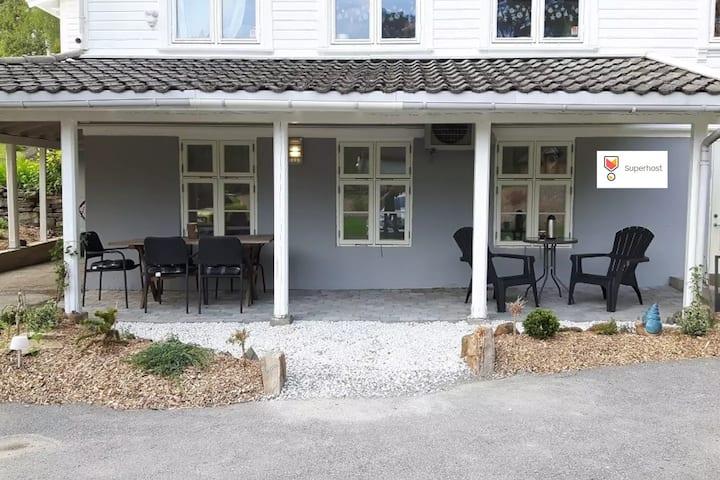 Familievennlig leilighet ved skog og sjø.