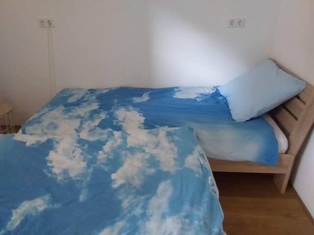 2 éénpersoonsbedden in de kleine slaapkamer.
