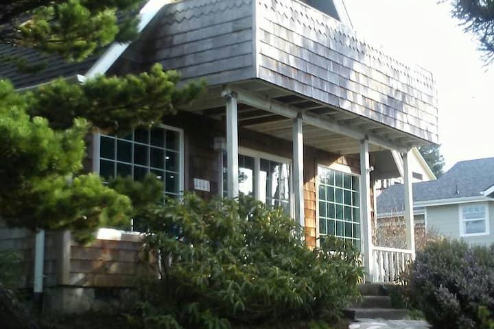 Comfy Cozy Cottage close to the beach!