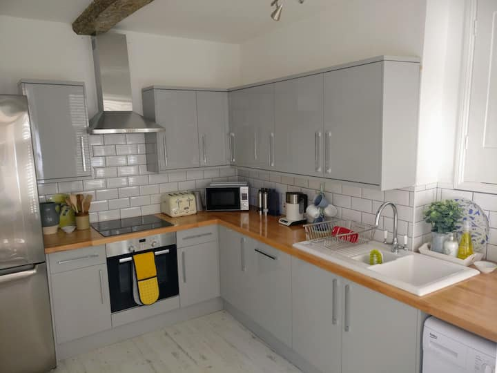 Central 1 bed apartment | Parking | Great Location