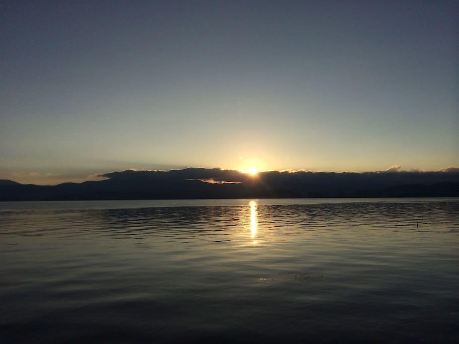客房就可以看到洱海日出