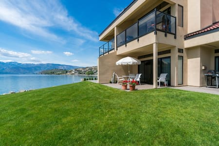 Lakefront condo w/ dock features shared hot tub, pool, and more!