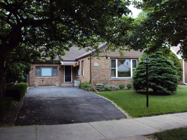 Cozy, comfortable and convenient housing/room - Skokie - House