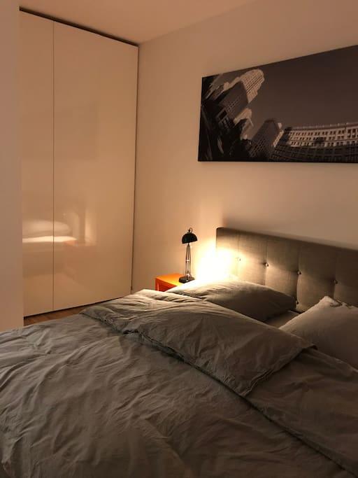 Geräumiger, edler Schrank mit Push-to-Open im Schlafzimmer 1
