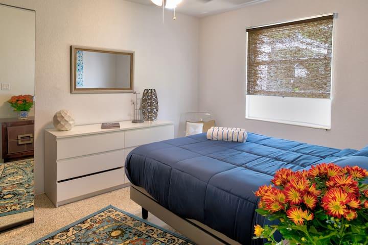 1st bedroom (queen bed)