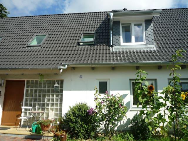 Ruhige, helle FeWo in Seenähe - Ratzeburg - House