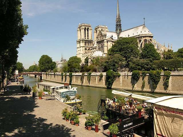 The apartment is just behind the university but also close to Notre Dame, the Luxembourg garden.