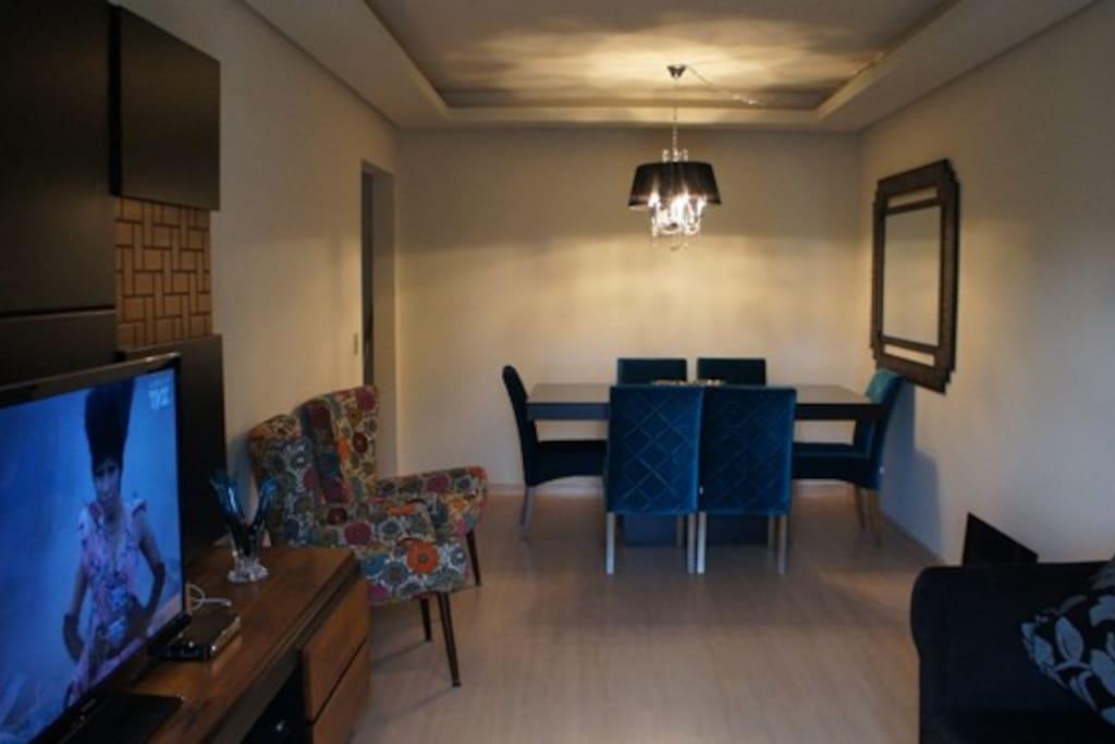 Sala de jantar e living-room com sacada.