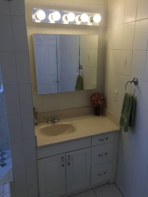 Baño en recámara principal- foto 1. (Bathroom in master bedroom - photo 1.)