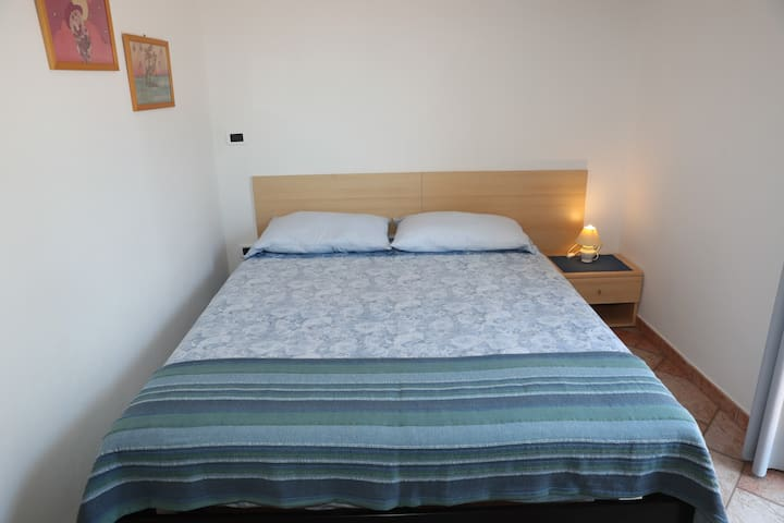 Sunny en-suite room with balcony, free parking