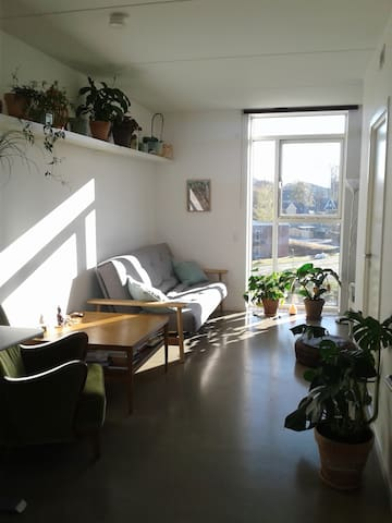 Light, cosy studio - peaceful wibe close to city. - Hillerød - Apartment