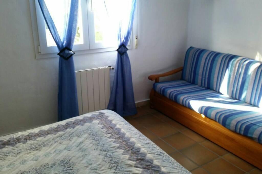 Sofa cama en dormitorio matrimonio