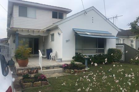 3 bedroom renovated beach house - Monterey