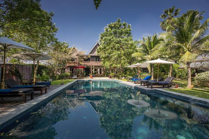 7 bedroom Beach Front Authentic Bungalows Resort